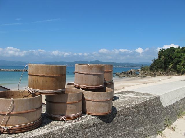 御座白浜海水浴場の堤防上に海女さんの桶