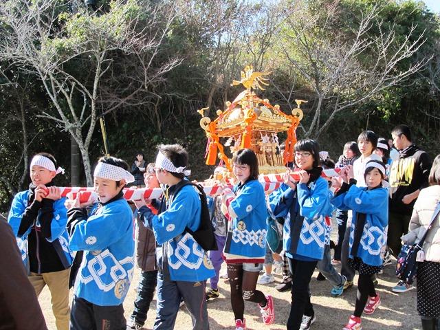 平成25年御座爪切不動尊大祭、地元のこどもたちによるお神輿