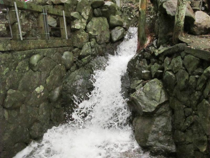 数日続いた雨の後の激しい滝の流れ