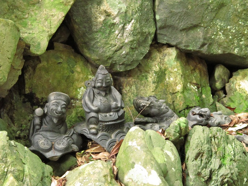 【第6問】これらの石像4体は、どこにあるでしょうか?