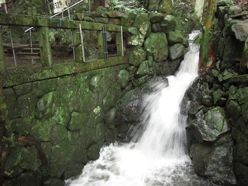 御座爪切不動尊本堂手前の弘法の滝の勢いも驚愕です。